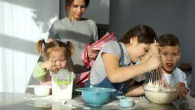 maman cuisine maman et fille dans la cuisine assistant du s de maman
