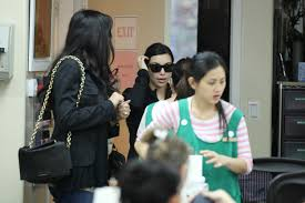 kim kardashian relaxes with gastineau girls at nail salon in