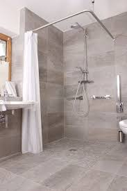 badezimmer mit dusche das geräumige badezimmer der ferienwohnung mohren in oberstdorf