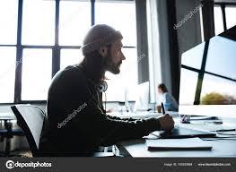 recherche ordinateur de bureau travail de l homme en utilisant l ordinateur de bureau à la