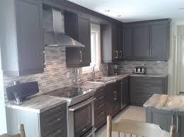 cuisine armoire brune île de bois vert clair pilier arqué blanc artistique armoire cuisine