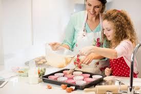 mere et fille cuisine mère et fille préparant petit gâteau dans la cuisine télécharger