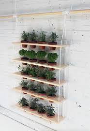 regal balkon vertikalen kräutergarten anlegen 5 platzsparende ideen