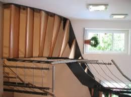 treppen aus metall stufen einer treppe aus holz und geländer aus metall edelstahl