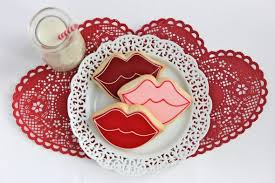Valentine S Day Cookie Decor by Outlining And Filling Cookies With Royal Icing Video Sweetopia
