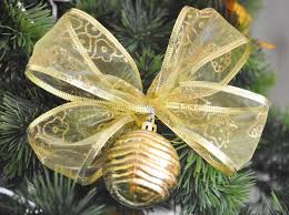 how to choose ornaments for your tree when you are on a budget
