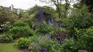 decoration petit jardin aménager un petit jardin pour donner une impression d u0027espace youtube