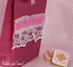 ruffled streamers and sweet ruffled party bags made with crepe streamers diy