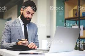 bureau de transfert d argent photo de concentré beau barbu directeur exécutif faisant