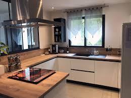 cuisine avec plan de travail en bois cuisine avec verrière en bois laqué blanc et plan de travail bois
