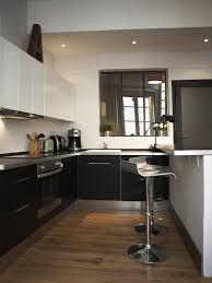 cuisine sur parquet le parquet de chêne clair et la verrière d intérieur apportent un