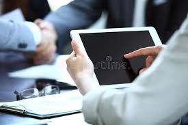 bureau des statistiques employé de bureau employant un touchpad pour analyser des données