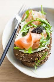 cuisiner saumon fumé recette tartines de saumon fumé sauvage et caviar cuisine madame