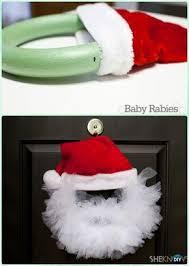 Ideas On Decorating Christmas Wreaths by Best 25 Santa Wreath Ideas On Pinterest Diy Door Wreaths