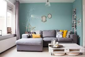 hellgraues sofa wohnzimmer wand streichen farbe himmelblau hell graues sofa zimmer