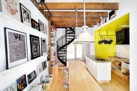 peinture cuisine jaune design interieur plafond poutre apparente bois massif escalier