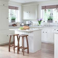 barhocker küche weiße kleine küche einrichten hölzerne barhocker deco cuisine