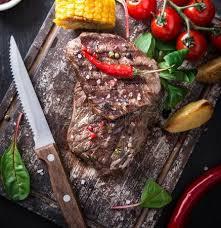 bureau steunk tasty steak de boeuf sur le bureau en bois photo cuisine boeuf