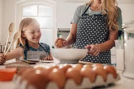 mere et fille cuisine mère et fille faisant cuire ensemble dans la cuisine photo stock
