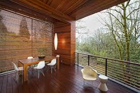 balkone holz sichtschutz für den balkon varianten aus holz pflanzen und markisen