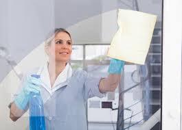 femme de m駭age bureau acxelnet pour un nettoyage professionnel de vos bureaux re