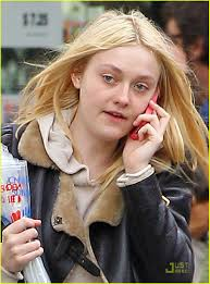 how old is dakota fanning dakota fanning cell phone chatting cutie photo 440335 photo