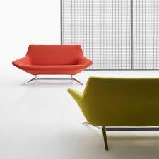 canapé sixties un petit canapé sixties orange avec pied en fer ce canapé à la
