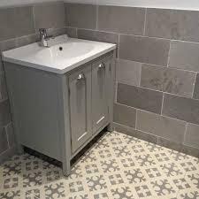 create an unique bathroom decor by applying decorative flooring