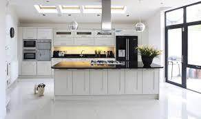 cuisine blanche avec plan de travail noir cuisine blanche avec plan de travail noir maison design sibfa com