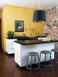 peinture cuisine jaune déco un îlot de cuisine très accueillant mur en briques et