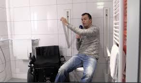 haltegriffe badezimmer versenkbare haltegriffe wc barrierefrei bad rollstuhl design