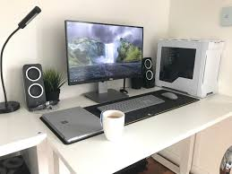 Pc Gaming Desks by White Gaming Desk That Is Clean And Modern Gaming Desks