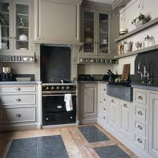 cuisiniste belgique cuisine sur mesure en bois peint crédences plan de travail et