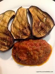 cuisiner les aubergines au four aubergines grillées au four sauce tomate aux tiges de fenouil et