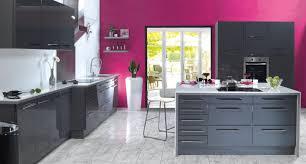 mur cuisine framboise décoration cuisine couleur framboise exemples d aménagements