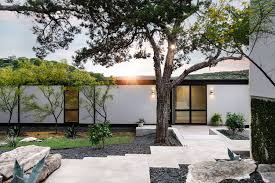inspired by the iconic farnsworth house modern texas home cloaked