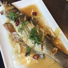 cuisiner un bar entier poisson bar entier à la vapeur plat saisonnier picture of mo