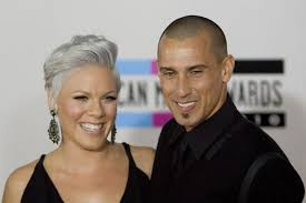 carey hart hair pink shows off push present from husband carey hart i give you