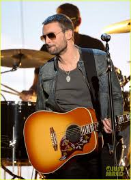 eric church haircut eric church performs give me back my hometown at acm awards 2014