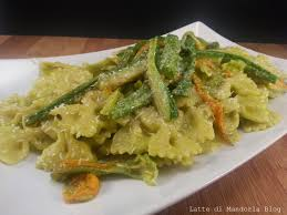 primo piatto con fiori di zucca pasta con pesto di zucchine e fiori di zucca latte di mandorla