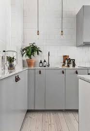 plan de travail cuisine gris plan de travail marbre et bois blanchi dans cuisine grise