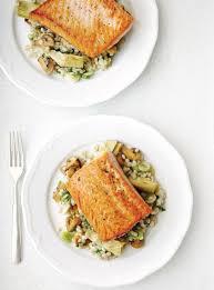 cuisiner pavé de saumon poele saumon poêlé et orge aux chignons ricardo