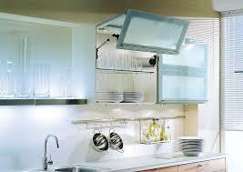 hängeschrank küche glas beleuchtete hängeschränke mit faltlifttüren in milchglas