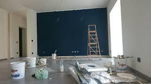 muri colorati da letto colore dei mobili in un living con parete indaco
