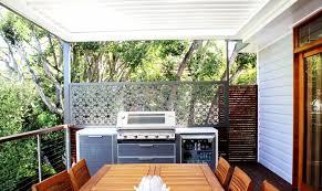 sichtschutz balkon holz sichtschutz für den balkon varianten aus holz pflanzen und markisen