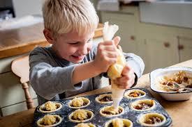 cuisiner avec ses enfants 10 idées pour occuper vos enfants quand il pleut ou qu il fait