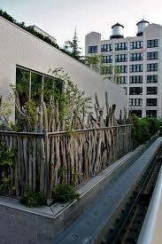 balkon sichtschutz balkon sichtschutz ideen holz zweige pflanzen rustikal aussehen