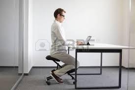 position assise bureau position assise correcte au bureau avec tablette homme sur une
