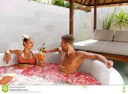 Blumen Bade Badekurort Entspannen Sich Paare In Der Liebe In Blumen Bad