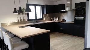 bois cuisine cuisine meubles noirs plan de travail bois clair deco